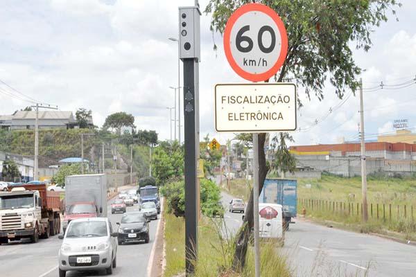 Radares de velocidade e avanço de sinal são reinstalados em Contagem