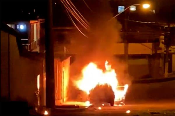 Carro pega fogo e desce rua desgovernado