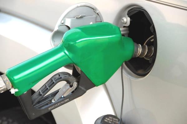 Gasolina vendida nas refinarias está mais barata nesta quinta-feira