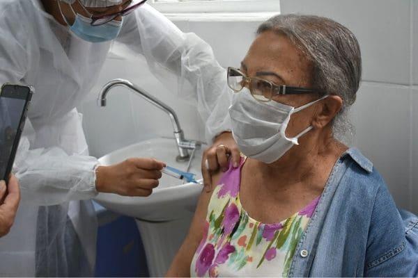 Vacinação contra a Covid-19 é estendida a idosos com 83 anos