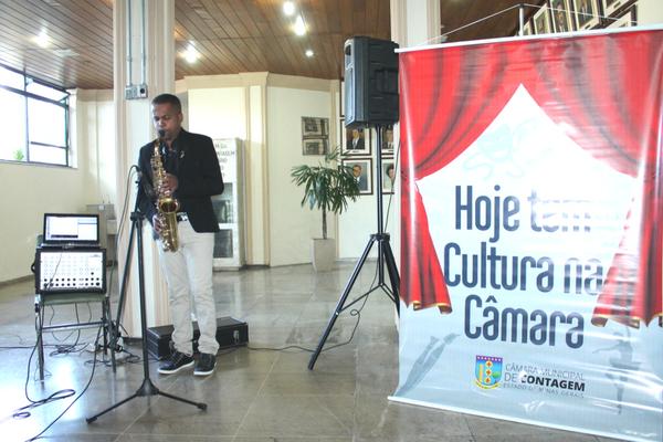 Saxofonista contagense se apresenta na Câmara Municipal