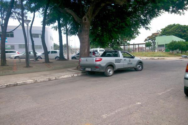 Motorista descansa em local proibido