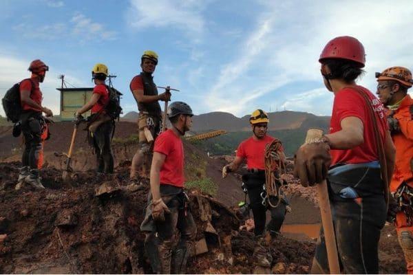Bombeiros encontram corpo em área de desastre em Brumadinho