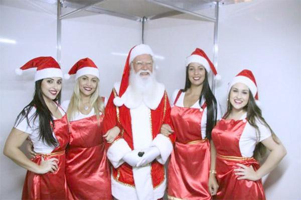 Crianças se animam com chegada do Papai Noel em Contagem