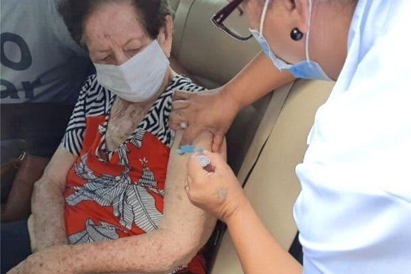 Vacinação em Contagem: idosos devem ligar antes de irem até UBS