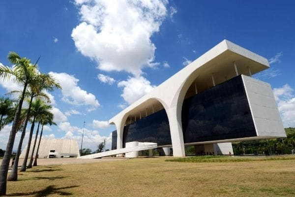 Governo de Minas anuncia antecipação dos salários