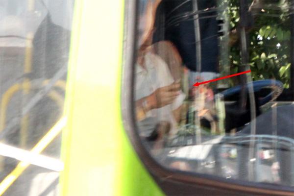Motorista é flagrado falando ao celular