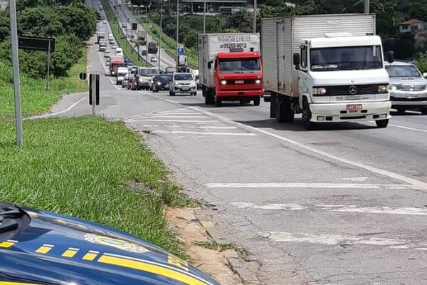 Acidente deixa trânsito lento na BR-381, em Contagem