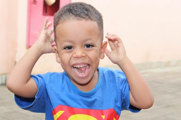 Família pede ajuda para criança com síndrome que compromete visão
