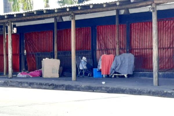 Obra irregular serve de abrigo para moradores de rua