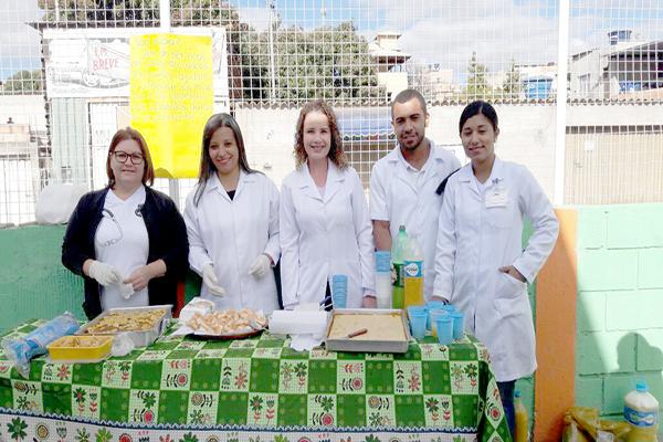 Alunos de Enfermagem orientam comunidade a reaproveitar alimentos