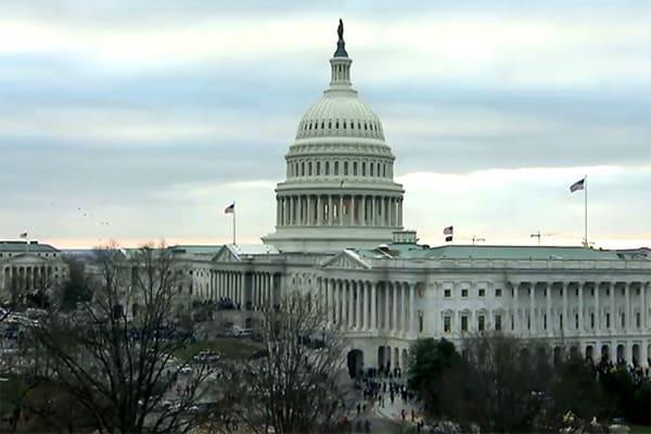 Congressistas certificam vitória de Joe Biden após invasão do Capitólio