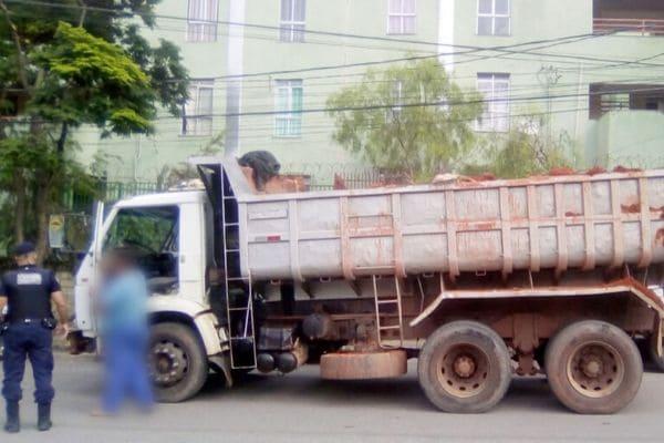 Homem é preso por despejar entulhos na Vila Barraginha