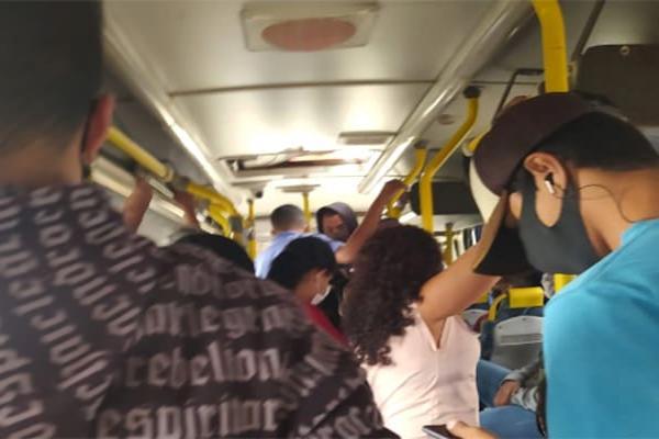 Passageiros reclamam de aglomeração no transporte público