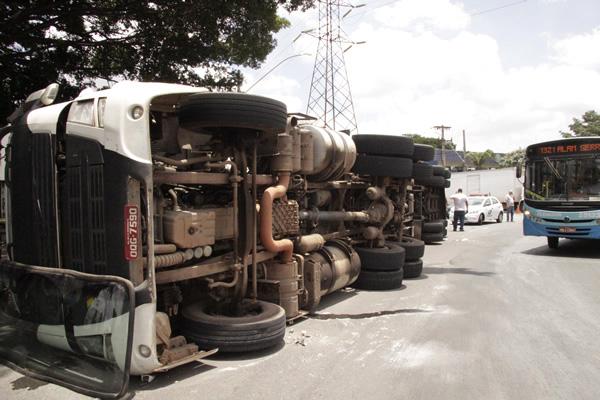 Carreta tomba e complica o trânsito na Praça da Cemig