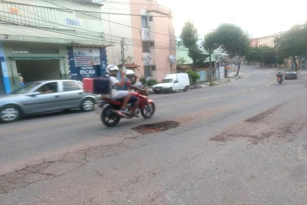 População reclama de buracos em avenida