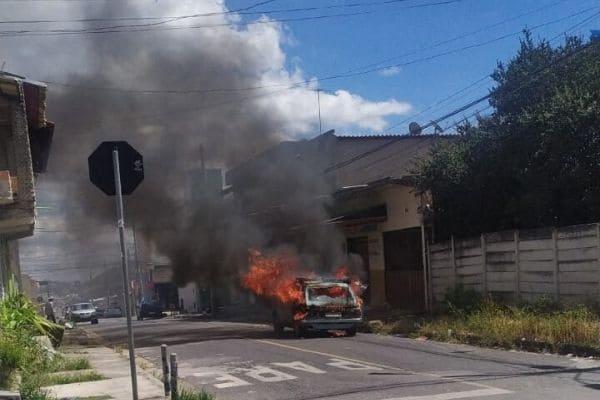 Bombeiros combatem incêndio em veículo no Industrial São Luiz
