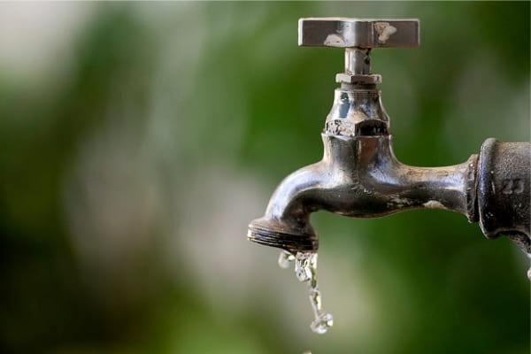 Correção de vazamento deixa bairros de Contagem sem água