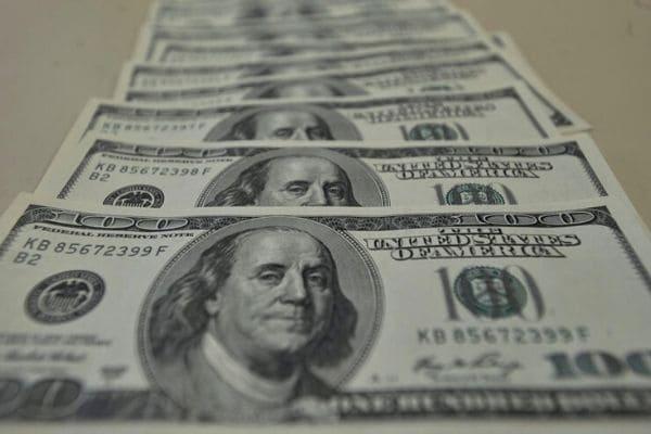 Dólar tem forte queda e fecha em R$ 4,85