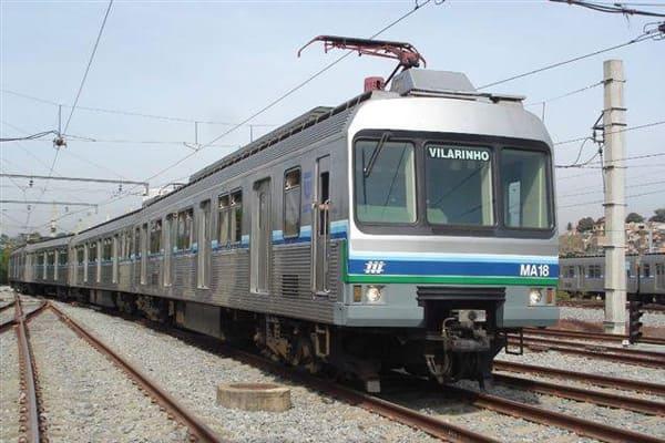 Trens circulam no mesmo trilho nesse domingo