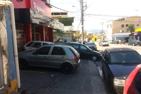 Condutores e comerciantes contra pedestres