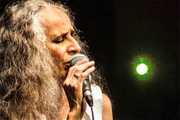 Maria Bethânia se apresenta em BH durante mini turnê pelo Brasil