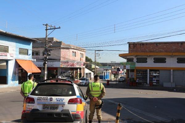 Ação da PM aborda centenas de pessoas em Contagem