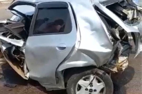 Homem fica ferido em colisão entre carro e carreta no Anel Rodoviário