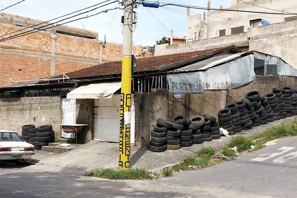 Moradores reclamam de pneus no passeio público