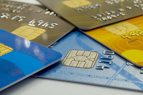 Travestis e transexuais podem ter nome social em cartões de banco