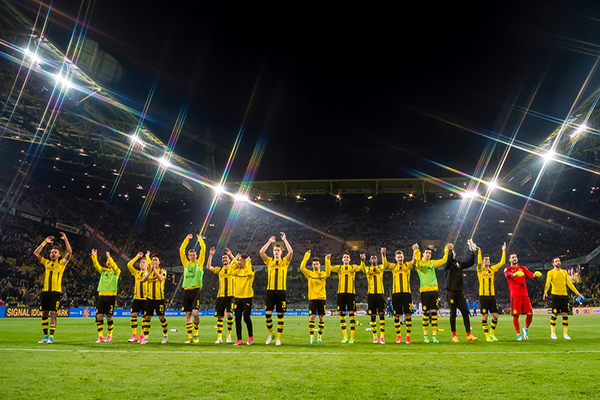 Explosão no ônibus do Borussia Dortmund deixa jogador ferido na Alemanha