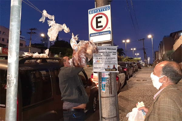 Varal de alimentos socorre moradores de rua