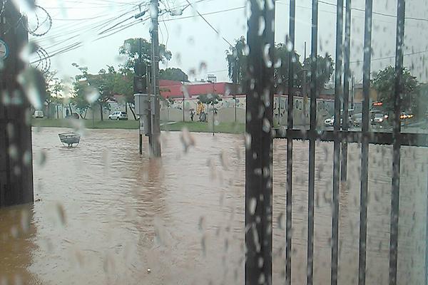 Alagamentos em avenida de Contagem preocupam moradores e comerciantes