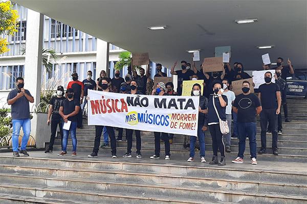 Músicos fazem protesto em frente à prefeitura