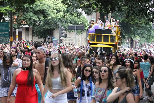 Bloco dos comunicadores arrasta multidão em  Belo Horizonte