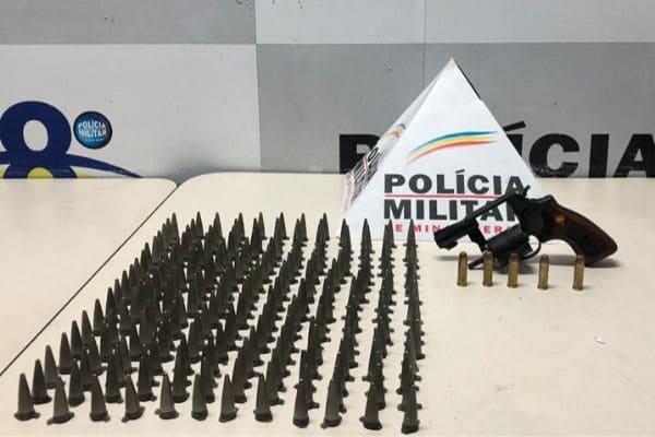 PM apreende drogas e arma em cemitério de Contagem