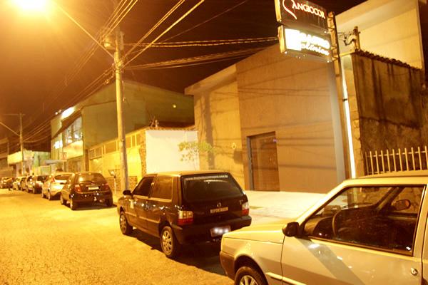 Estacionar em guia de calçada rebaixada destinada a entrada e saída de veículos