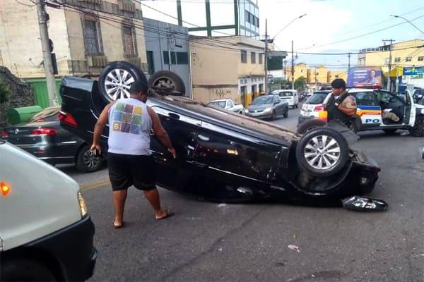 Motorista tem mal súbito e capota veículo
