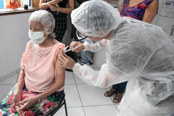 Contagem aplica terceira dose da vacina em pessoas acima de 90 anos