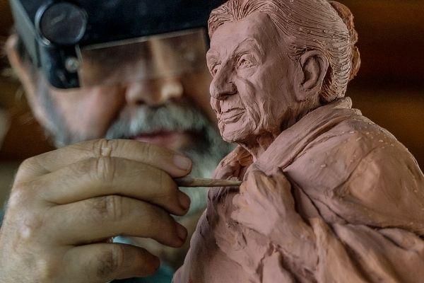 Exposição retrata compositores brasileiros em caricaturas e esculturas