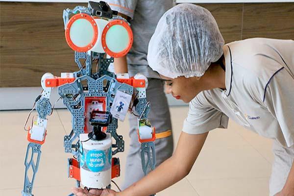 Profissionais da Saúde recebem visita de robô em complexo hospitalar