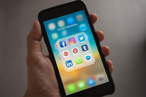 Facebook e WhatsApp são as maiores plataformas de fake news