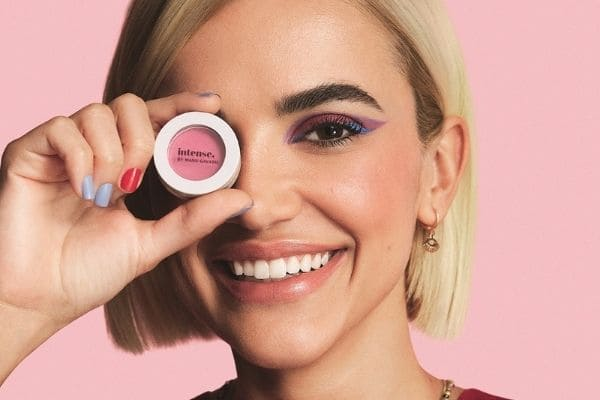 O Boticário e Manu Gavassi lançam linha supercolorida de maquiagem e esmaltes