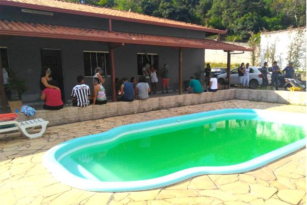 Criança morre afogada em piscina de sítio