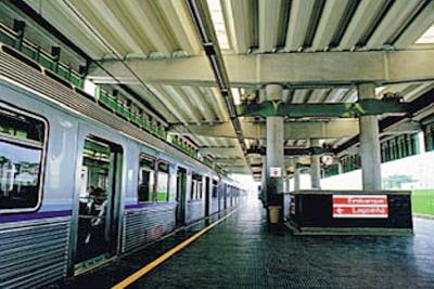 Mulher sente-se mal e cai nos trilhos do metrô