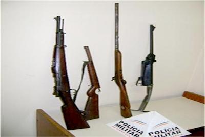 Polícia apreende diversas armas, dentre elas, um fuzil