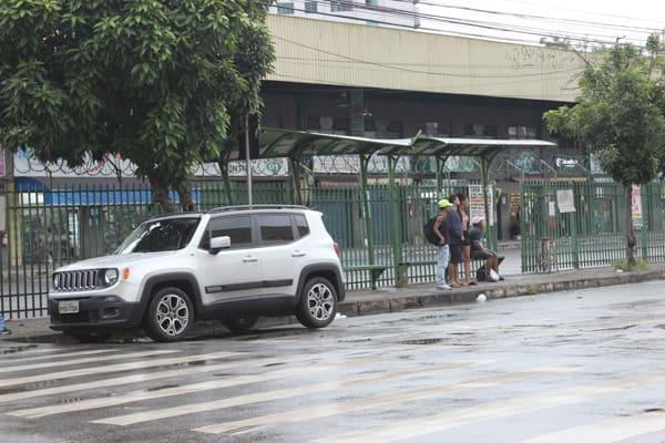 Motorista estaciona em frente ao ponto de ônibus