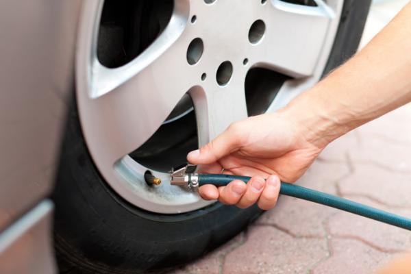 Calibrar os pneus garante estabilidade ao veículo