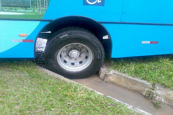 Ônibus fica preso em rotatória, em Contagem