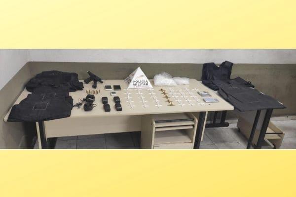 Denúncia de tráfico resulta em apreensão de armas e drogas em Contagem